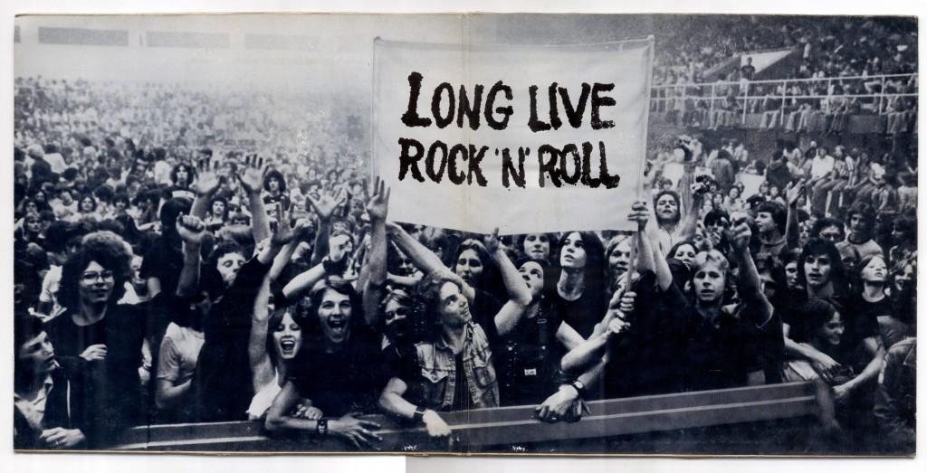 scrotos-breja-e-ressaca-copo-conteudo-8-oito-mortes-totalmente-scrotas-do-rock-n-roll-long-live-plateia-show-multidao-palco-ao-vivo